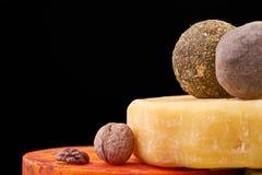 Schotel met verschillende types van kaas en noten Met de hand gemaakte kaas op houten raad Kaasproductie Royalty-vrije Stock Foto's