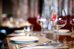 Schotel met wijnglas royalty-vrije stock afbeeldingen