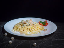 Schotel van de Garnalen van Spaghetticarbonara op houten achtergrond stock afbeelding