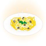 Schotel van deegwarenlinguine met kaas, olijven en basilicum op lichtrose achtergrond Stock Foto