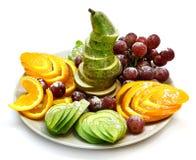 Schotel van een geassorteerd vers die fruit professioneel op een witte achtergrond wordt gesneden stock afbeeldingen