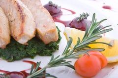 Schotel van een tonijn, druiven, saus en greens, citroen Royalty-vrije Stock Foto