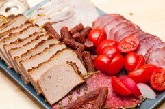 Schotel van fijne vleeswaren en worsten Stock Fotografie