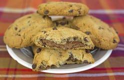 Schotel van gebroken koekjes met één Royalty-vrije Stock Foto's