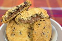 Schotel van gebroken koekjes met één Stock Foto's