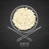 Schotel van gekookte witte rijst en eetstokjes op achtergrond van het grunge de zwarte bord Hoogste mening stock illustratie
