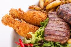 Schotel van gemengde vlees, salade en Frieten royalty-vrije stock fotografie