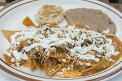Schotel van het Chilaquiles de Mexicaanse ontbijt Royalty-vrije Stock Foto