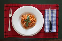 Schotel van Italiaanse deegwaren gekleed met tomatensaus royalty-vrije stock afbeeldingen