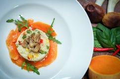 Schotel van kouskous en groenten en paddestoelen stock fotografie