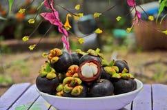 Schotel van mangostans met mooie bloemachtergrond Royalty-vrije Stock Foto
