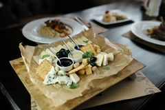 Schotel van: Parmezaanse kaaskaas, Goudse kaas, feta, schimmelkaas met zoete honing en lingonberry jam stock foto's