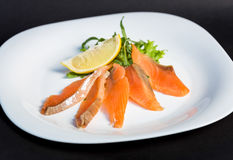 Schotel van plakken rood visfilet met citroen en greens Stock Fotografie