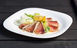 Schotel van plakkenvisfilet met greens, citroen en ui Royalty-vrije Stock Foto's