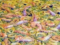 Schotel van Spaanse paellapijlinktvis en groenten Royalty-vrije Stock Afbeeldingen