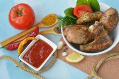 Schotelhoogtepunt van gebraden kip dichtbij tomatensaus, kruiden, het kruiden Stock Afbeelding