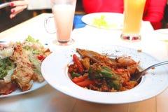 Schotelrijst met zeevruchten op de lijst in een restaurant royalty-vrije stock foto's