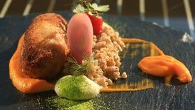 Schotels bij het gastronomische restaurant Close-up De kotelet van konijnenvlees met versiert van groen boekweit stock footage