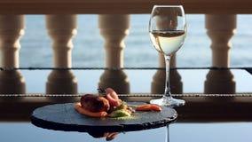 Schotels bij het gastronomische restaurant Close-up De kotelet van konijnenvlees met versiert van groen boekweit Een glas van wit stock footage