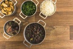 Schotels die deel van traditionele feijoada, typisch Braziliaans voedsel uitmaken royalty-vrije stock afbeeldingen