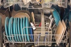 Schotels die met schotels als helper in het huishouden worden gevuld stock foto's