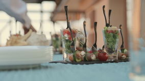Schotels op de lijst bij een catering stock footage