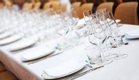 Schotels, tafelzilver en glazen royalty-vrije stock afbeelding