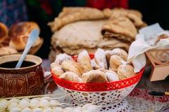 Schotels van de traditionele Witrussische keuken - verse gebakjes en honing Royalty-vrije Stock Afbeelding