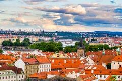 Schoten de terracotta rode daken van de stad Praag van het hoge punt, Praag, Tsjechische Republiek Royalty-vrije Stock Foto's