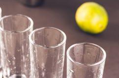 Schoten klaar voor alcohol op bar/schoten klaar voor alcohol en kalk Selectieve nadruk stock foto's