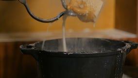 3 schoten Pottenbakker die hete ceramische mok doven stock videobeelden