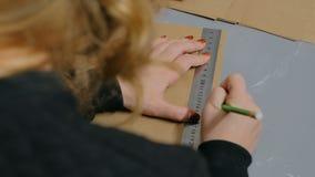 5 schoten Professionele vrouwendecorateur, ontwerper die met kraftpapier-document werken stock footage