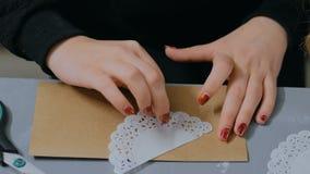 4 schoten Professionele vrouwendecorateur, ontwerper die met kraftpapier-document werken stock footage