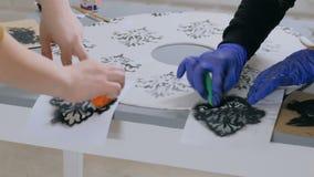 4 schoten Twee vrouwendecorateurs, ontwerpers die houten cirkeldecoratie schilderen stock video