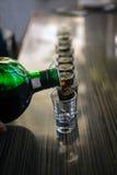 Schoten van sterke drank klaar aan partij stock fotografie