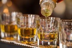 Schotendranken in cocktailnachtclub royalty-vrije stock afbeelding
