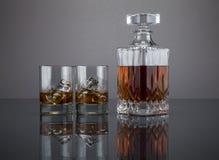 Schots in een alcoholische drankkaraf met tuimelschakelaars Royalty-vrije Stock Foto