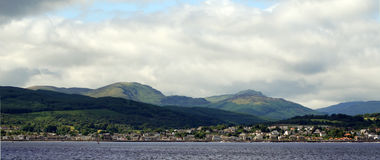 Schots hooglanden en dorp Stock Foto