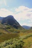 Schots Hooglandenlandschap in de zomer - weg in de vallei Royalty-vrije Stock Foto's