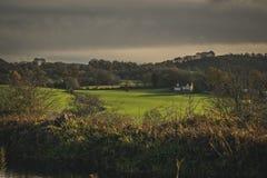 Schots Landbouwbedrijf in de herfstlandschap met dramatische wolken royalty-vrije stock fotografie