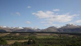 Schots platteland en de sneeuw bedekte pan van bergenben nevis scotland het UK stock videobeelden