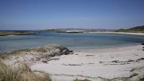 Schots wit zandig strand en het duidelijke blauwe overzeese noorden van Portnaluchaig van Arisaig-West-Schotland het UK stock footage