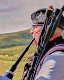 Schotse Bagpiper & Hooglanden - sluit omhoog royalty-vrije stock afbeeldingen