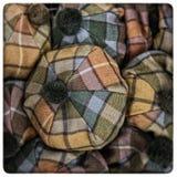 Schotse geruit Schots wollen stofhoeden stock foto's