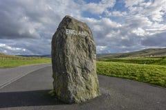 Schotse grens aan Engeland, grenssteen op de weg, Schotland, Engeland royalty-vrije stock afbeelding