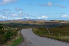 Schotse hooglanden langs het noordenkust royalty-vrije stock afbeeldingen