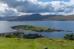 Schotse hooglanden langs het noordenkust stock afbeelding