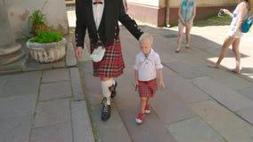 Schotse mens met zijn zoon stock videobeelden