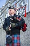 Schotse pijper speelmuziek met doedelzak, Edinburgh, Schotland Royalty-vrije Stock Afbeeldingen