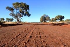 Schotterstraße bei Northert Terrythory, australisches Hinterland lizenzfreie stockbilder